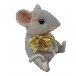 Figurka siedząca myszka z kokardką na prezent dla miłośnika gryzoni